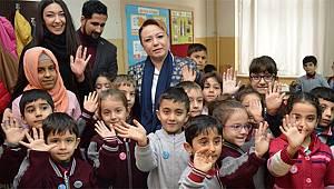 Rektör Karabulut Minik Beyza'yı Tebrik Etti