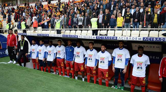 Malatyaspor Turgut Özal Tişörtleriyle Maça Çıktı